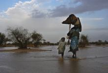 Sudanese refugees from the Darfur region looking for a new shelter in eastern Chad after heavy rains in 2004. (UNHCR/Hélène Caux)